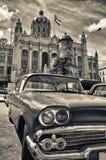 Den Sepia tonade bilden av den klassiska amerikanen parkerade framme av varven Royaltyfria Foton