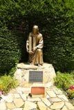 Den September 11 minnesmärken - brons statyn av Jesus Christ hållande World Trade Centerbyggnader Arkivbild