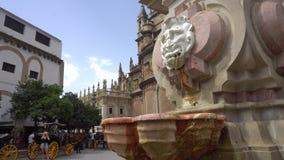 Den Sevilla springbrunnen nära domkyrka stock video