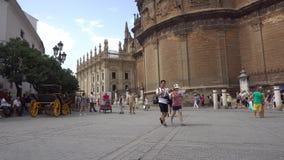 Den Sevilla springbrunnen nära domkyrka arkivfilmer