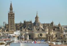 Den Seville domkyrkan och La Giralda står högt i Seville spain Royaltyfri Foto