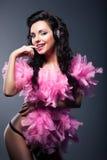 Den sexiga önskvärda kvinnan i rosa färg befjädrar dansen - uteliv Royaltyfri Foto