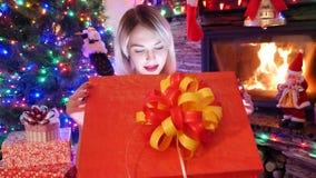 Den sexiga blonda flickan har gåvaasken med överraskning