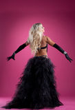 Den sexiga blonda kvinnadansen i orientalisk dräkt på steg Royaltyfria Bilder