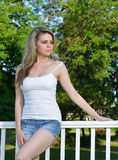 Den sexiga blonda kvinnliga modellen poserar i grov bomullstvillkortslutningar Arkivbilder
