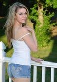 Den sexiga blonda kvinnliga modellen poserar i grov bomullstvillkortslutningar Royaltyfri Bild