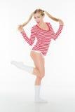 Den sexiga blonda röda och vita skjortaunderbyxoren kortsluter Fotografering för Bildbyråer