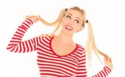 Den sexiga blonda röda och vita skjortaunderbyxoren kortsluter Arkivfoton