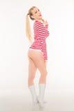 Den sexiga blonda röda och vita skjortaunderbyxoren kortsluter Royaltyfri Foto
