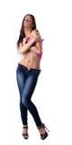 Den sexiga brunettkvinnan undress den rose ärmlös tröja Royaltyfri Foto