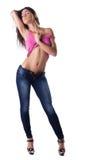 Den sexiga brunettkvinnan undress den rose ärmlös tröja Arkivfoto