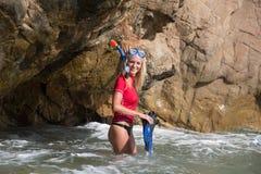 Den sexiga dykareflickan ser in grottan att förbereda hennes dyk Royaltyfri Bild