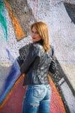 Den sexiga flickan i jeans utformar på gatan Royaltyfria Foton