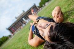 Den sexiga flickan ligger på gras på Lustgarten royaltyfria bilder