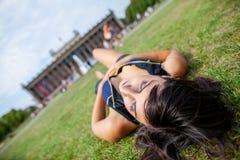 Den sexiga flickan ligger på gras på Lustgarten arkivbilder