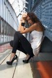 Den sexiga flickan ser kameran Royaltyfri Fotografi
