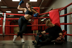 Den sexiga flickan som poserar i boxningsring, sköt i en idrottshall Royaltyfri Fotografi