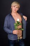 Den sexiga grabben med en öppen torso och steg Arkivfoto