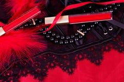 Den sexiga innegrejen pryder med pärlor och röd läppstift Royaltyfria Bilder