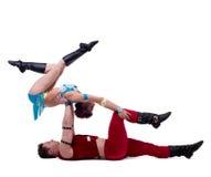Den sexiga jultomten och jungfrun utför akrobatiska jippon Royaltyfri Foto