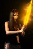 Den sexiga kvinnakrigare med avfyrar svärd Arkivfoton