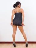 Den sexiga kvinnan bär den sexiga nattklänningen Royaltyfria Bilder