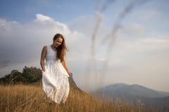 Den sexiga kvinnan går i berg Royaltyfria Bilder
