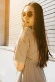 Den sexiga kvinnan i exponeringsglas som promenerar gatan och, vänder omkring, G Fotografering för Bildbyråer
