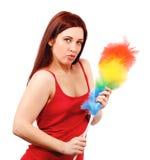 Den sexiga kvinnan i röd skjorta med viftar för husdamm Royaltyfri Fotografi