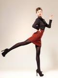 Den sexiga kvinnan klädde elegantt göra en danafor arkivbilder