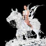 Den sexiga kvinnan med mjölkar hästen Arkivbilder