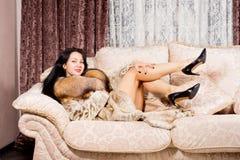 Den sexiga kvinnan pälsfodrar in täcker och kickhäl Royaltyfri Foto