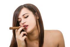 Den sexiga kvinnan röker cigarren royaltyfria foton