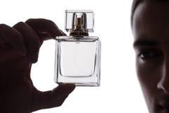 Den sexiga mannen med flaskan av doft Arkivfoton