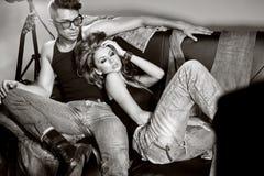 Den sexiga mannen och kvinnan som gör ett modefoto, skjuter Royaltyfri Bild