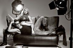 Den sexiga mannen och kvinnan som gör ett modefoto, skjuter Royaltyfria Foton
