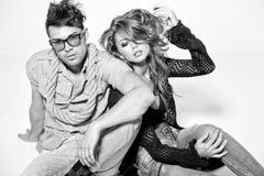 Den sexiga mannen och kvinnan som gör ett modefoto, skjuter Fotografering för Bildbyråer