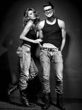 Den sexiga mannen och kvinnan som gör ett modefoto, skjuter Arkivfoto