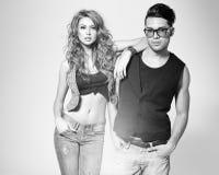 Den sexiga mannen och kvinnan som gör ett modefoto, skjuter Royaltyfria Bilder