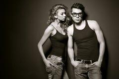 Den sexiga mannen och kvinnan som gör ett modefoto, skjuter Arkivbild
