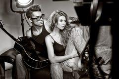 Den sexiga mannen och kvinnan som gör ett modefoto, skjuter Arkivfoton