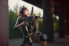 Den sexiga militären beväpnade flickan med vapnet, prickskytt Arkivbilder