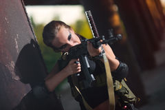 Den sexiga militären beväpnade flickan med vapnet, prickskytt Royaltyfri Foto