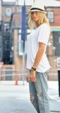 Den sexiga modellen poserar i den vit t-skjortan och jeans - stad Arkivfoton