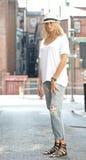 Den sexiga modellen poserar i den vit t-skjortan och jeans - stad Royaltyfri Foto