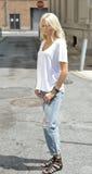 Den sexiga modellen poserar i den vit t-skjortan och jeans - stad Arkivfoto