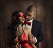 Den sexiga parförälskelsekyssen, Man den kyssande sinnliga kvinnan i ögonbindel arkivbilder