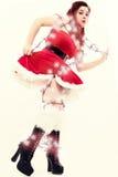 Den sexiga Retro unga kvinnan trasslade till i jullampor Arkivfoto
