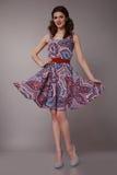 Den sexiga skönhetaffärskvinnan i den perfekta modeklänningen bantar kroppen Royaltyfri Foto