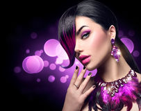 Den sexiga skönhetkvinnan med färgade lilor sätter fransar på frisyren Arkivbilder